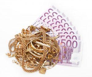 Schmuck auf 500 Euro Gelscheinen