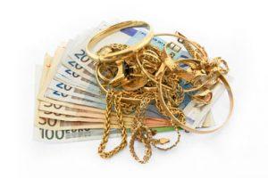 Goldschmuck mit Geldscheinen